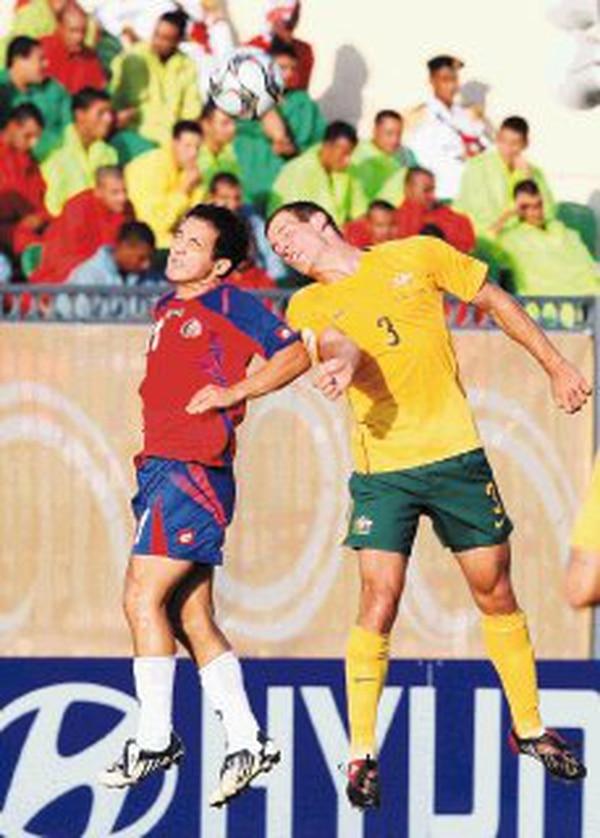 Madrigal (izquierda) disputa un balón aéreo con Luke Devere. | AP