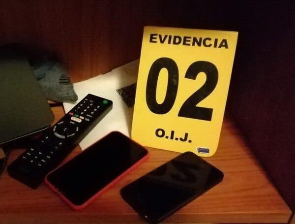 Los agentes judiciales decomisaron dos teléfonos celulares y una tableta en la casa del sospechoso. Foto: OIJ