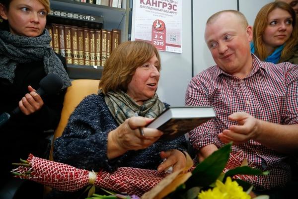 Svetlana Alexiévich firma su primer libro como Premio Nobel de Literatura 2015, lo hizo luego de la conferencia de prensa.