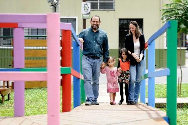 Caroline Lobert y su esposo Leonel López han enseñado a sus hijas Sofía y Lucie, quienes son oyentes, a comunicarse mediante el lenguaje de señas. Foto: Rafael Murillo
