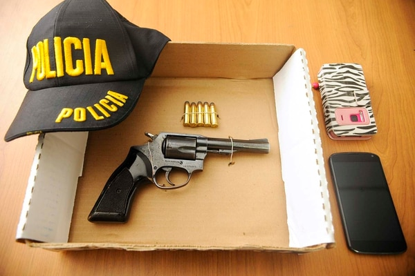 La policía decomisó el arma, municiones y dos celulares que portaba el detenido.