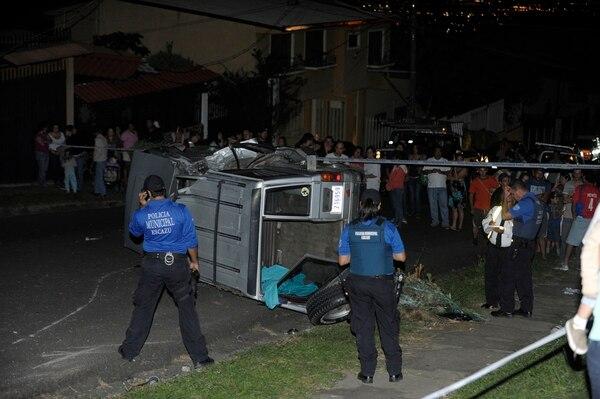 El auto donde viajaban los hombres quedó volcado sobre la carretera.