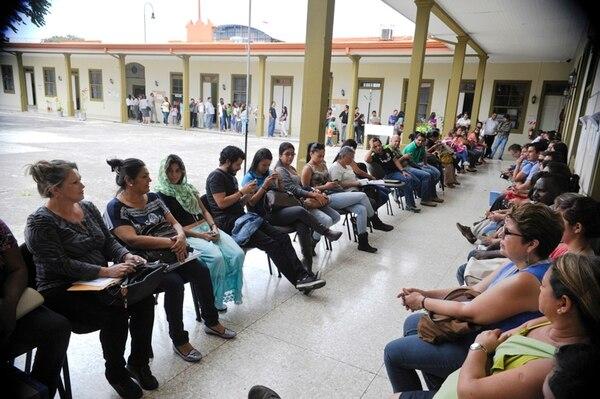 En junio del 2014, decenas de docentes hacían fila para resolver problemas de pago con la implementación del sistema Integra2 | ARCHIVO