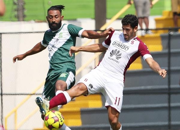 Erick Marín y Fabrizio Ronchetti disputan la pelota.