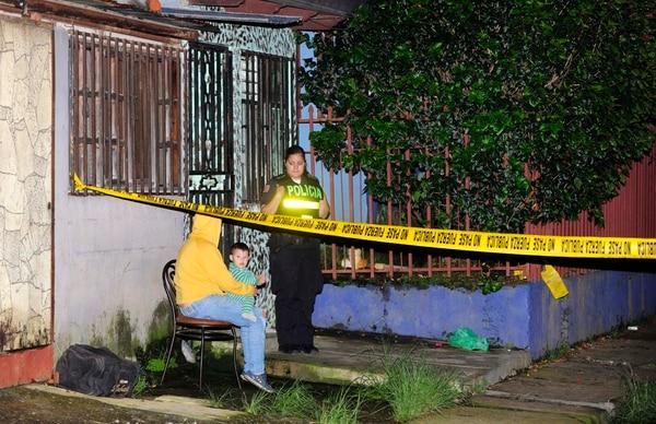 Un hombre de 32 años de apellido Orozco fue asesinado en su casa de habitación a las 3:50 p. m. en Guarari de Heredia. El sospechoso del crimen es un familiar suyo de 28 años de edad.