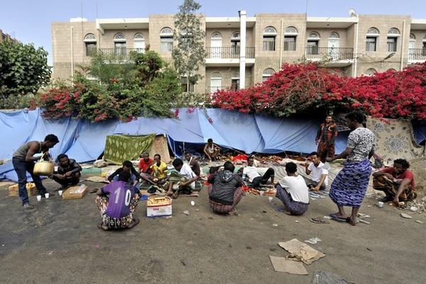 Varios refugiados africanos descansan a la intemperie en un campo de desplazados en Saná, Yemen, ayer.   EFE