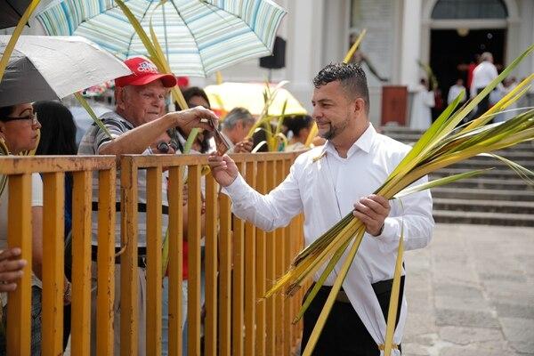 Manuel Hernández fue uno de los encargados de entregar las palmas a los asistentes. Foto: Jeffrey Zamora.