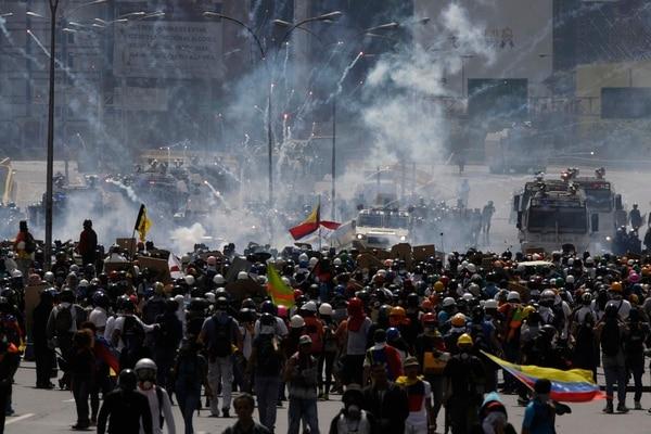 Los manifestantes que pretendían llegar este jueves al Ministerio del Interior, en Caracas, fueron repelidos con gases lacrimógenos.