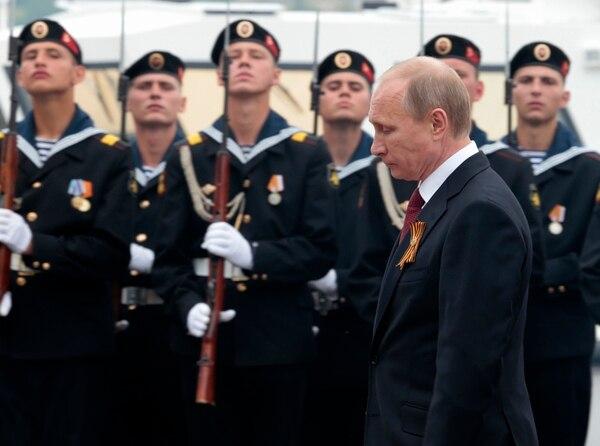 El presidente ruso Vladimir Putin pronuncia un discurso durante el desfile del Día de la Victoria (contra las fuerzas nazis) en Sebastopol, Crimea. La OTAN condenó la visita del líder ruso a la recién anexionada provincia. | AP