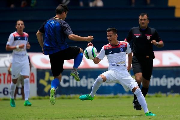 El volante ofensivo Cristopher Núñez (blanco) es una de las grandes promesas de Cartaginés. El creativo de 19 años intentará consolidarse en el Apertura 2017.