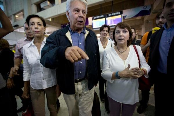 Felipe González con Antonieta Mendoza (izq.), madre de Leopoldo López, y Mitzy Capriles, esposa de Antonio Ledezma. | AP