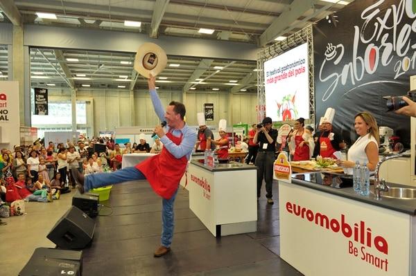Michael Bleak bailó y se divirtió frente al público que asistió a la feria gastronómica. / Fotografía: Ronald Pérez Brenes.