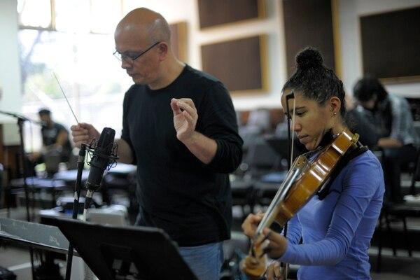 El director Eddie Mora junto a la solista Winnie Camila Berg, durante las grabaciones de octubre del 2015@ Foto: José Díaz.