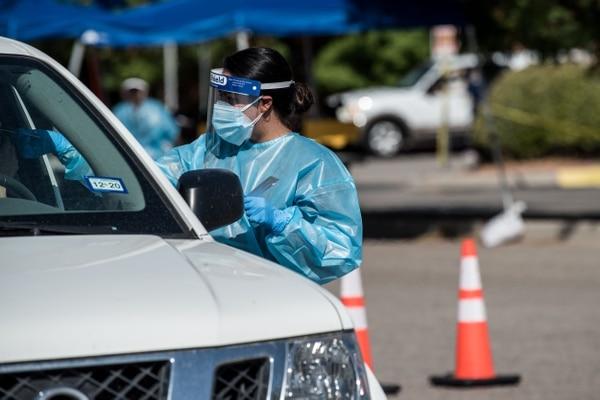 Una enfermera realizó este martes 21 de julio del 2020 una prueba de detección de covid-19 en un laboratorio móvil recién abierto en el campus de un centro de estudios en El Paso, Texas. AFP