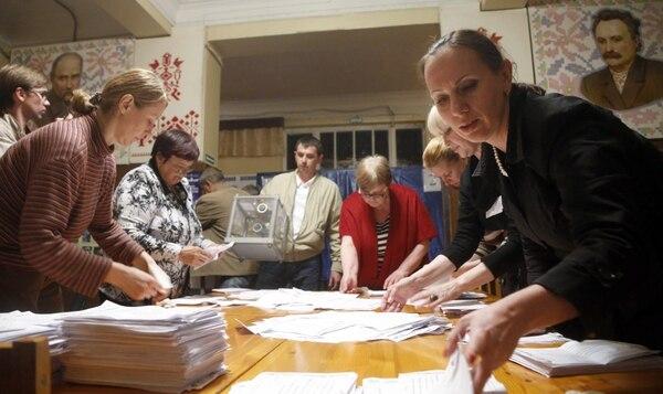 Miembros de la comisión local de elecciones contaron los votos del referendo este domingo en Donetsk, al este de Ucrania.