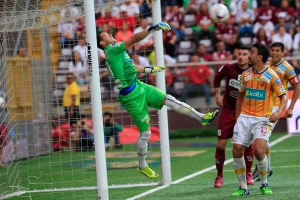 Daniel Cambronero (izquierdo) rechaza un balón ante la mirada de Azofeifa y Badilla. | RAFAEL PACHECO.