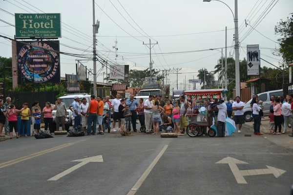 Un grupo de unos 150 vecinos de Río Segundo de Alajuela cerraron desde las 4 p.m. de este viernes la vía que comunica esta ciudad con Heredia.