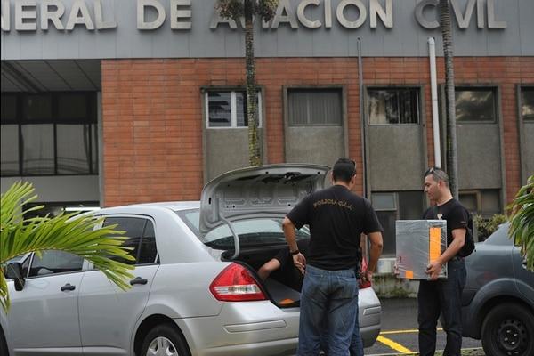 Los agentes del OIJ que participaron en el allanamiento en Aviación Civil, en La Uruca, decomisaron computadoras y documentos, con la finalidad de encontrar evidencias sobre las posibles anomalías. | ALBERT MARÍN