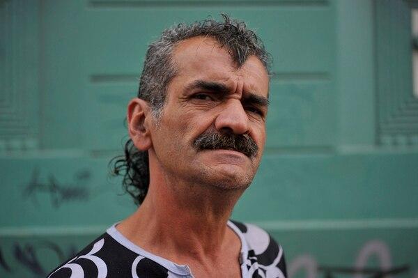 Dennis Hernández Cordero tiene 58 años y lleva 25 de ellos con el cabello cortado de esta manera.