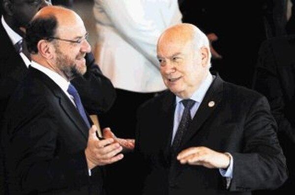 El secretario general de la OEA, José Miguel Insulza (derecha), conversa con el canciller chileno, Alfredo Moreno. | AFP
