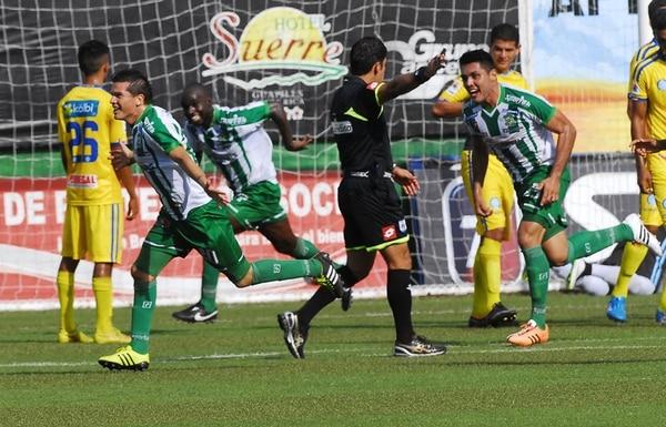 Gómez celebró un gol con Limón el domingo pasado. | MARIO ROJAS