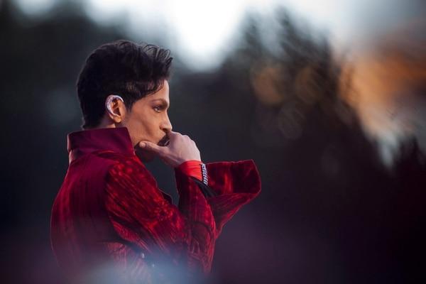 Fotografía de archivo del pasado 9 de agosto de 2011 que muestra al artista estadounidense Prince durante un concierto en el Festival de Sziget en Budapest, Hungría. El músico Prince falleció hoy 21 de abril de 2016 a los 57 años, informó su publicista al confirmar una información publicada originalmente por el portal TMZ.