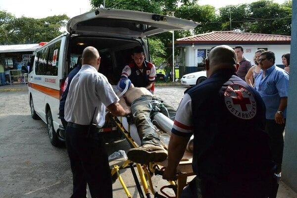 Un peón agrícola de Pérez Zeledón recibió una descarga eléctrica que le causó un paro cardiorespiratorio. Los paramédicos lograron resucitar al hombre, que fue trasladado en situación crítica al hospital Escalante Pradilla.