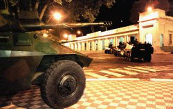 Foto ilustrativa de tanques frente al Congreso paraguayo.