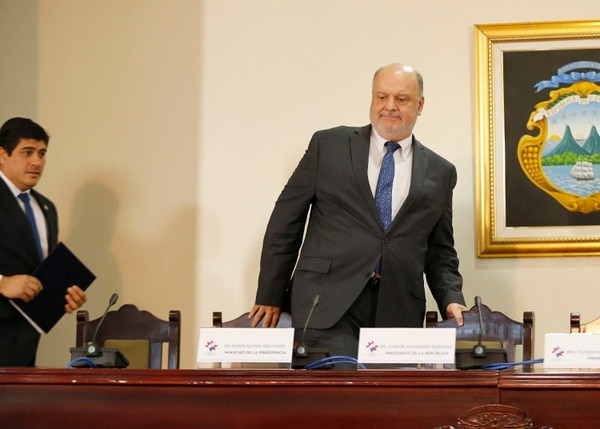 El Ministro de la Presidencia, Rodolfo Piza, y el presidente de la República, Carlos Alvarado ingresan a la sala de conferencias de Casa Presidencial el 8 de enero anterior. Foto: Albert Marín.