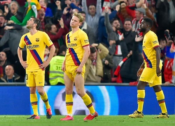 Los jugadores del FC Barcelona lamentan la derrota de su equipo ante el Bilbao en la Copa del Rey. FOTO: ANDER GILLENEA / AFP.