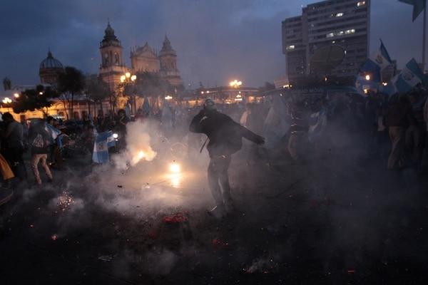 Ciudadanos celebraban el martes frente al Palacio Nacional tras la noticia de la pérdida de inmunidad del presidente guatemalteco, Otto Pérez Molina.