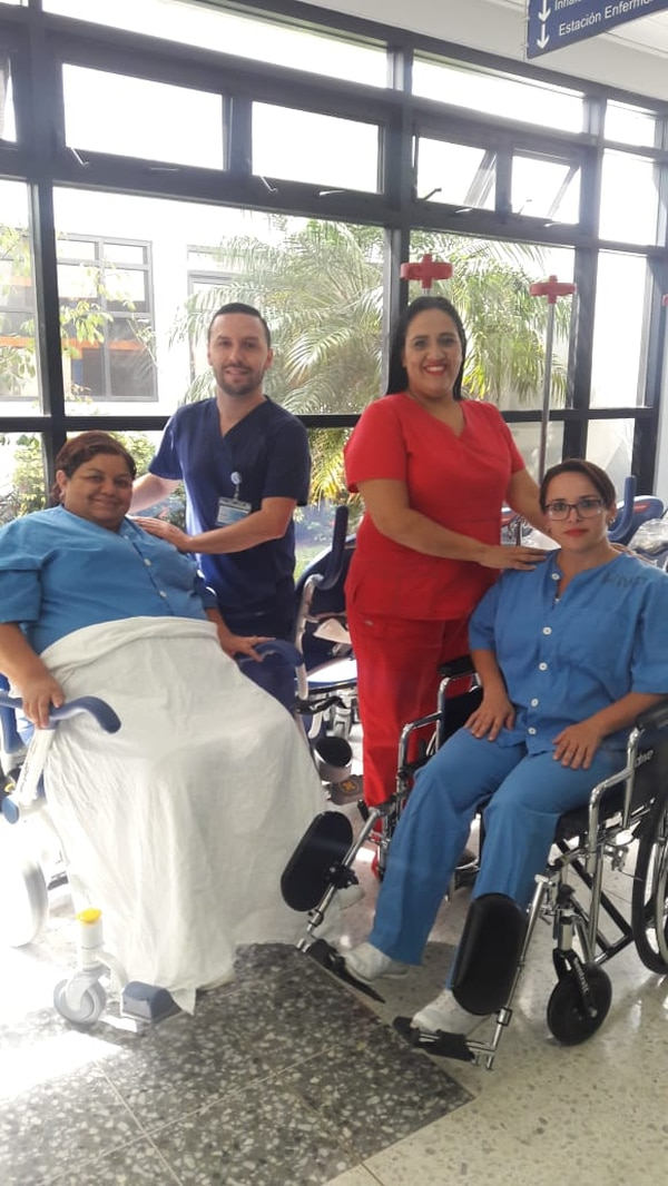 Lizbeth Granados (de rojo), supervisora de Emergencias, y Mario Soto, enfermero coordinador de ese servicio en el Hospital San Vicente de Paúl, muestran junto a dos pacientes parte de los nuevos equipos con los que contará ese centro de salud. Foto: Cortesía