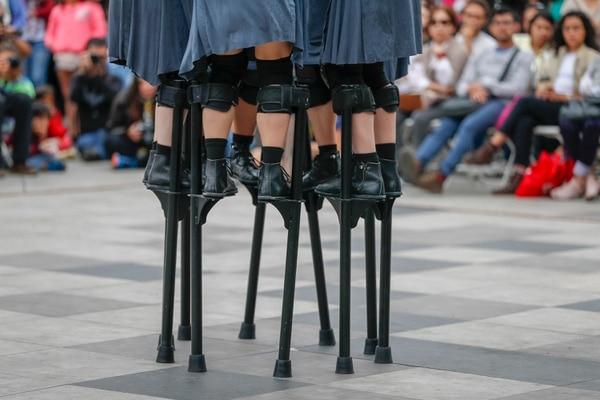 'Mülier' de la Compañía Maduixa utilizó los zancos como un símbolo de opresión contra la mujer. Foto: José Cordero.