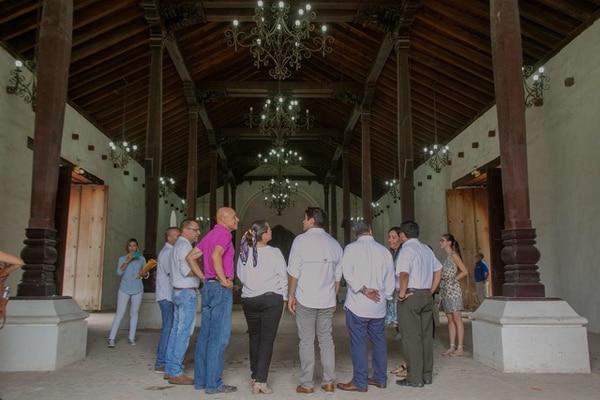 El presidente Carlos Alvarado (de espaldas) realizó una visita al templo colonial, como parte de una gira por la provincia de Guanacaste, previo a la conmemoración de la Anexión del Partido de Nicoya a Costa Rica. Foto: Casa Presidencial. Foto: Casa Presidencial