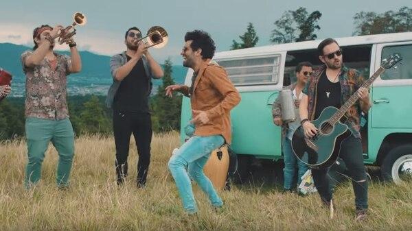 La banda nacional Percance se aventuró con un vallenato en la canción 'Loca'. Foto: Captura del video.
