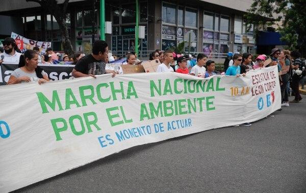 Este domingo decenas de personas participaron de la marcha nacional por el ambiente en San José. Foto Jeffrey Zamora