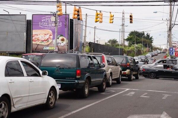 El apagón nacional afectó la circulación de vehículos y peatones, principalmente en cabeceras de provincia como Heredia y San José/ Fotos: José Cordero y Gesline Anrango