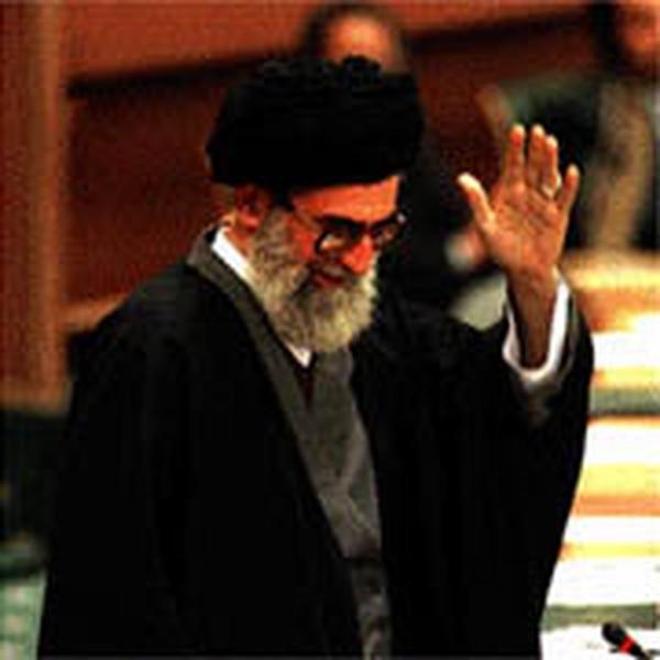 PODER EN UNO . El ayatolá Jamenei, líder político y religioso de Irán, saluda a los delegados en la octava conferencia islámica en Irán. El líder conservador fustigó a Estados Unidos.