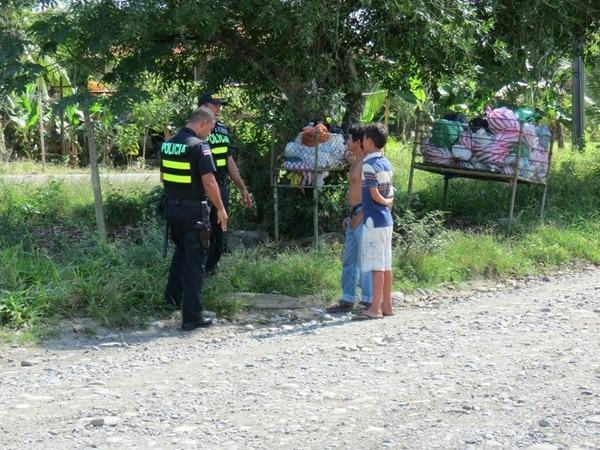 La policía buscó información del grupo con vecinos. | ALFONSO QUESADA
