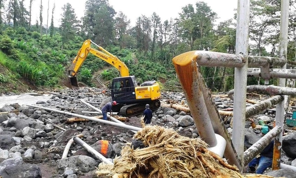 Además de los ductos, las piedras dañaron los soportes. Los trabajos durarán al menos 15 días más.
