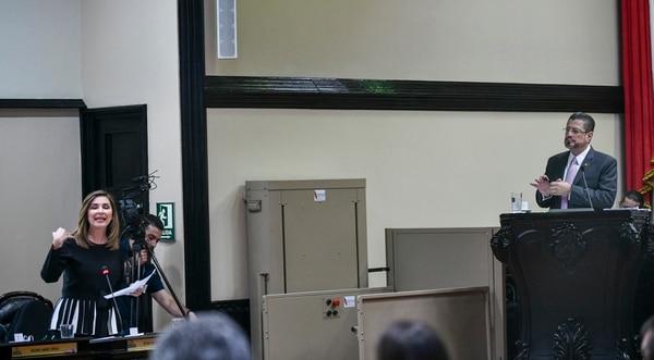 La jefa de fracción del PLN, Silvia Hernández, anunció que presentó un proyecto de interpretación auténtica para alinear la aplicación de la regla al criterio de la Contraloría, pese a la oposición de Rodrigo Chaves, ministro de Hacienda. Foto: Jorge Castillo.