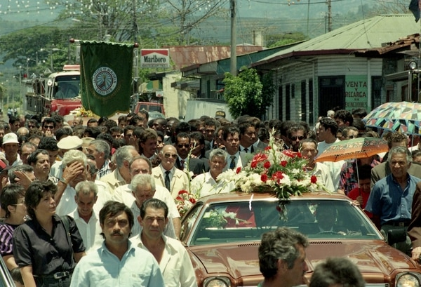 Muchas personas acudieron al funeral de Alejandro Morera Soto en 1995. Fotografía: Archivo LN