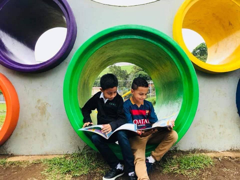 La lectura comentada, ejercicios de comprensión lectora y visitas a bibliotecas son parte de las estrategias para mejorar los niveles de lectoescritura en primaria. Alberto Barrantes