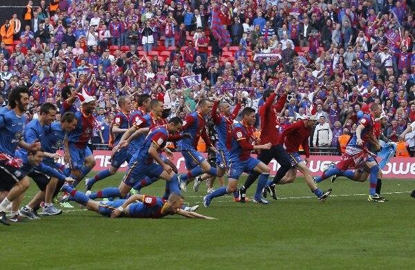 Crystal Palace celebra su ascenso.   AFP.