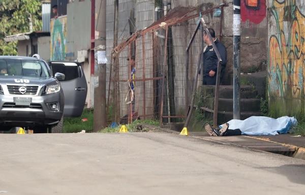 La Policía presume que la víctima recorrió unos 25 metros antes de quedar tendido sobre la vía pública.