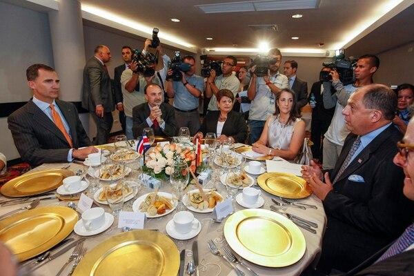 El heredero a la Corona española compartió ayer con el presidente electo Luis Guillermo Solís y su esposa Mercedes Peña un desayuno de frutas y una conversación sobre ambiente y política internacional. | JORGE ARCE