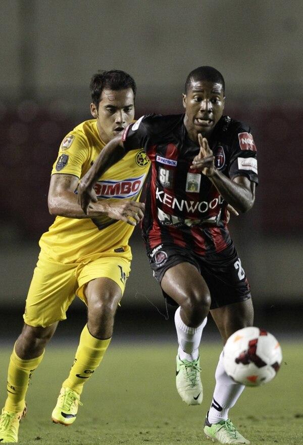 Ricardo Clarke (derecha) es marcado por Adrián Aldrete, del América. El goleador del Sporting San Miguelito dejó hace poco a los canaleros.   AP