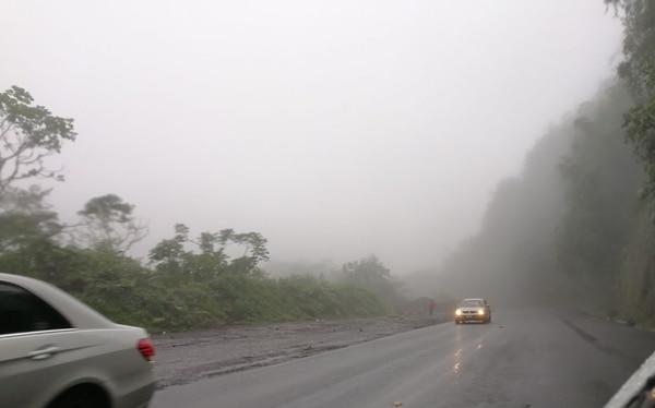 Una onda tropical menos fuerte que las anteriores atravesó este jueves el territorio nacional. Cerca del túnel Zurquí llovió y estuvo nublado casi todo el día. Foto: Reiner Montero.