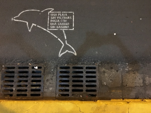 Mensaje ecológico en San José para mantener ciudades y mares libres de contaminación.