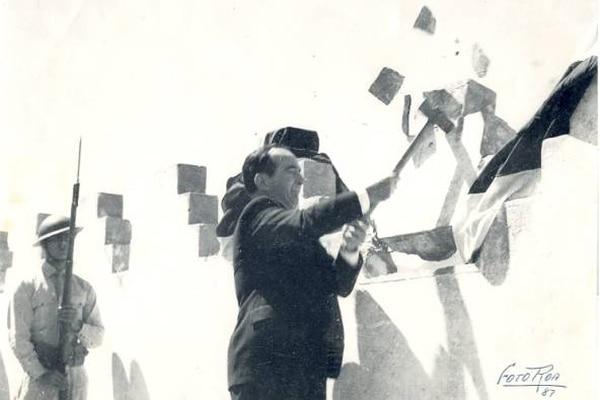 José Figueres Ferrer, presidente de la Junta de Gobierno que comandó el país luego de la guerra civil de 1948, le da un mazazo a una de las almenas del cuartel Bellavista (actual Museo Nacional), como abolición simbólica del ejército como institución permanente en Costa Rica, el 1.º de diciembre de 1948. Foto: Mario Roa.